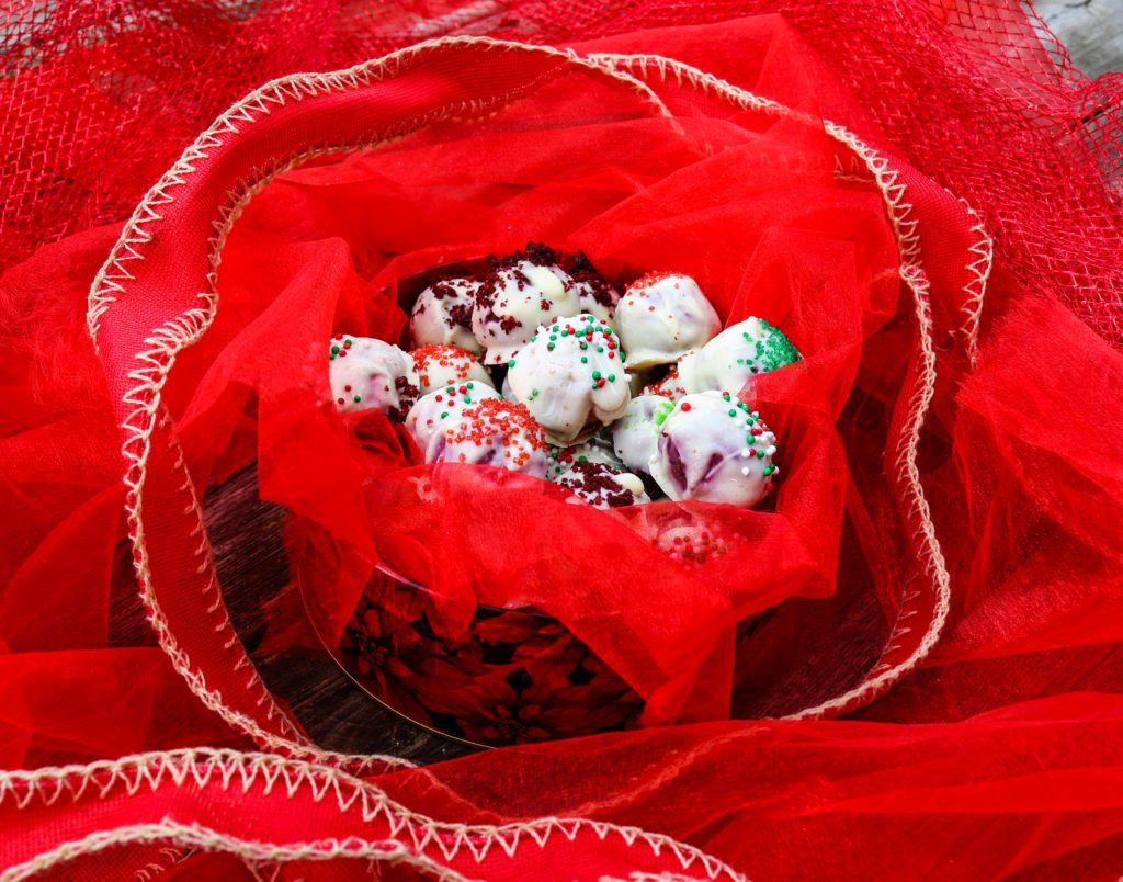 Red Velvet Christmas Truffles|Havocinthekitchen.com